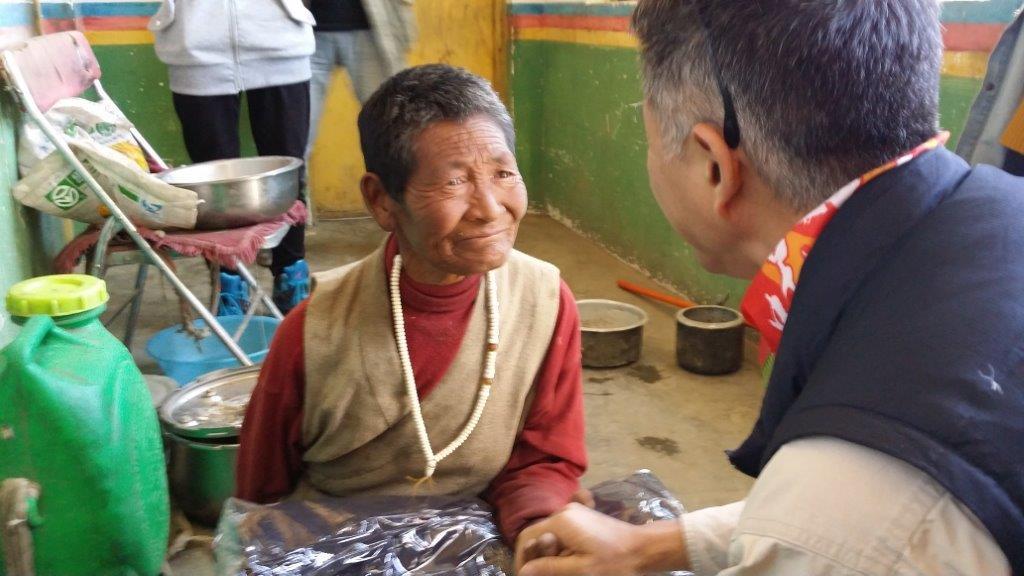 2014年9月,金利来将捐赠冬衣送到边境村庄扎西岗乡的五保户手中