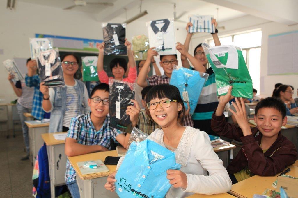 2015年6月,安徽受援赠乡村教师和山区学生展示金利来捐赠的服装