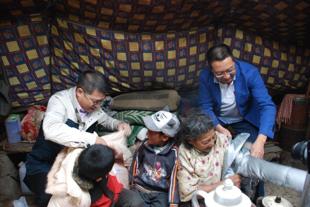 2015年7月,曾智明第二度奔赴西藏,亲手将御寒棉衣分送到海拔4600米高原的贫困牧民手中