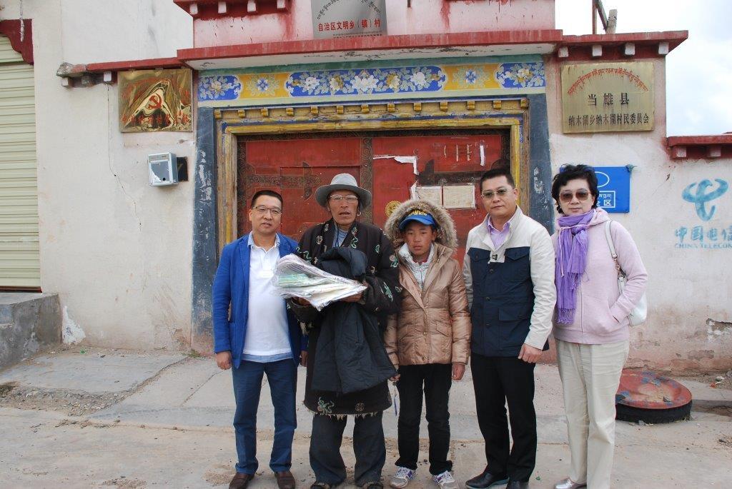 2015年7月,全国政协华建副主席、全国政协委员香港河源社团总会主席吴惠权陪同曾智明先生送衣物到高原极地的贫困牧民手中