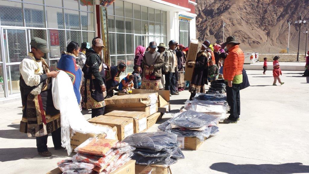 2015年7月,金利来捐赠的寒衣送到西藏疆域乡村扎西岗乡